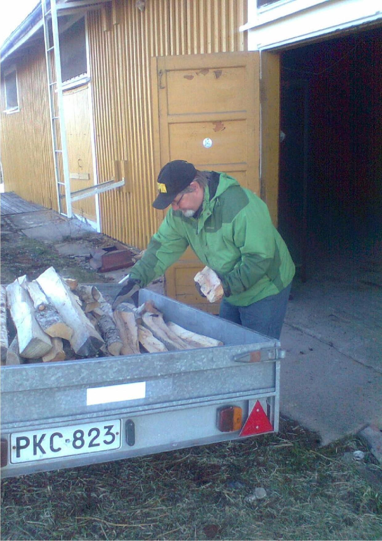 Matti Eskelinen ja Timo Kinni, kuvassa toimittivat puuta Kiuruveden makasiinille peräkärrylastillisen.