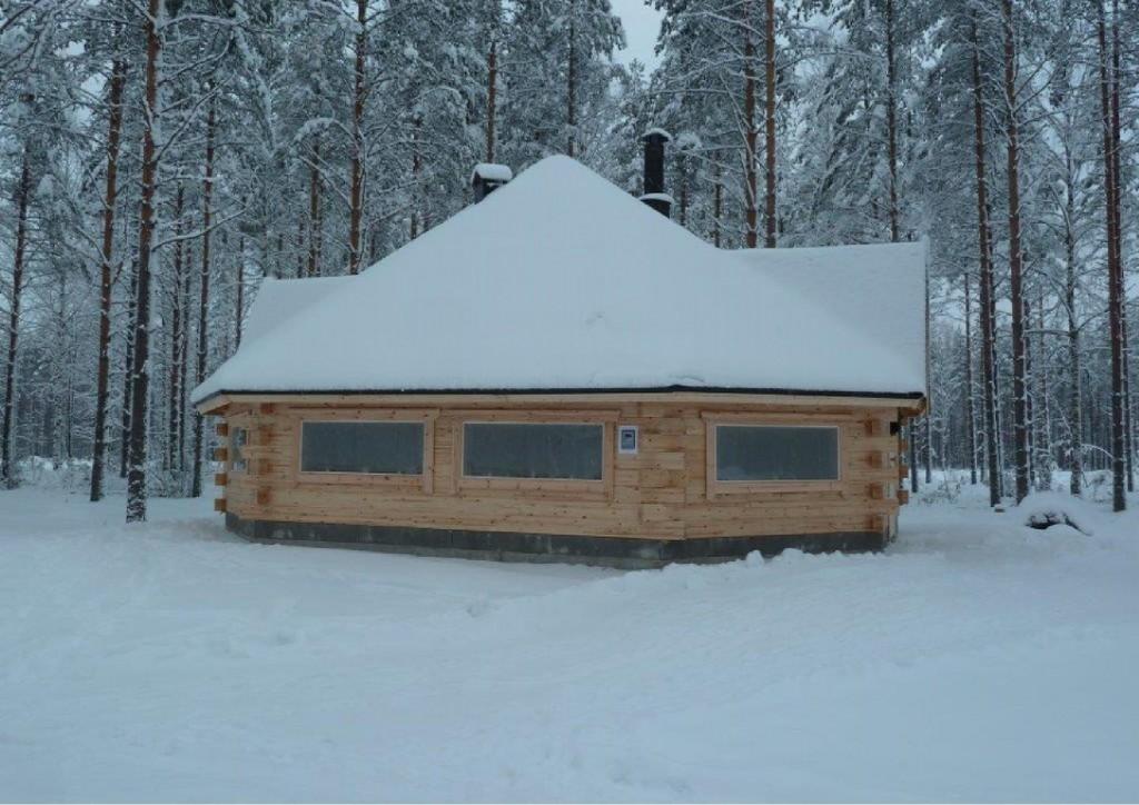 Hannu Huuskonen ja Mauri Mönkkönen kävivät Joulun aattona Jukolan motti -pirtillä ja lähettivät Joulun tervehdyksensä. Jukolan motissa on lunta reilut 30 cm. Kuva on heidän ottamansa.