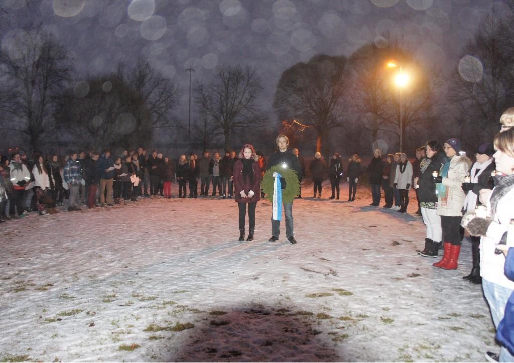 Oppilaitoksen seppeleen laskivat Aino Alvasto ja Kalle Ålander. Tilaisuuteen osallistui reilut sata opiskelijaa ja opettajaa.