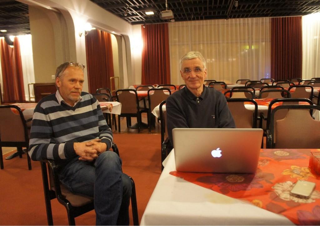 Reijo Lappalainen ja Raine Narva Iisalmen Seurahuoneella esitelmän jälkeen.