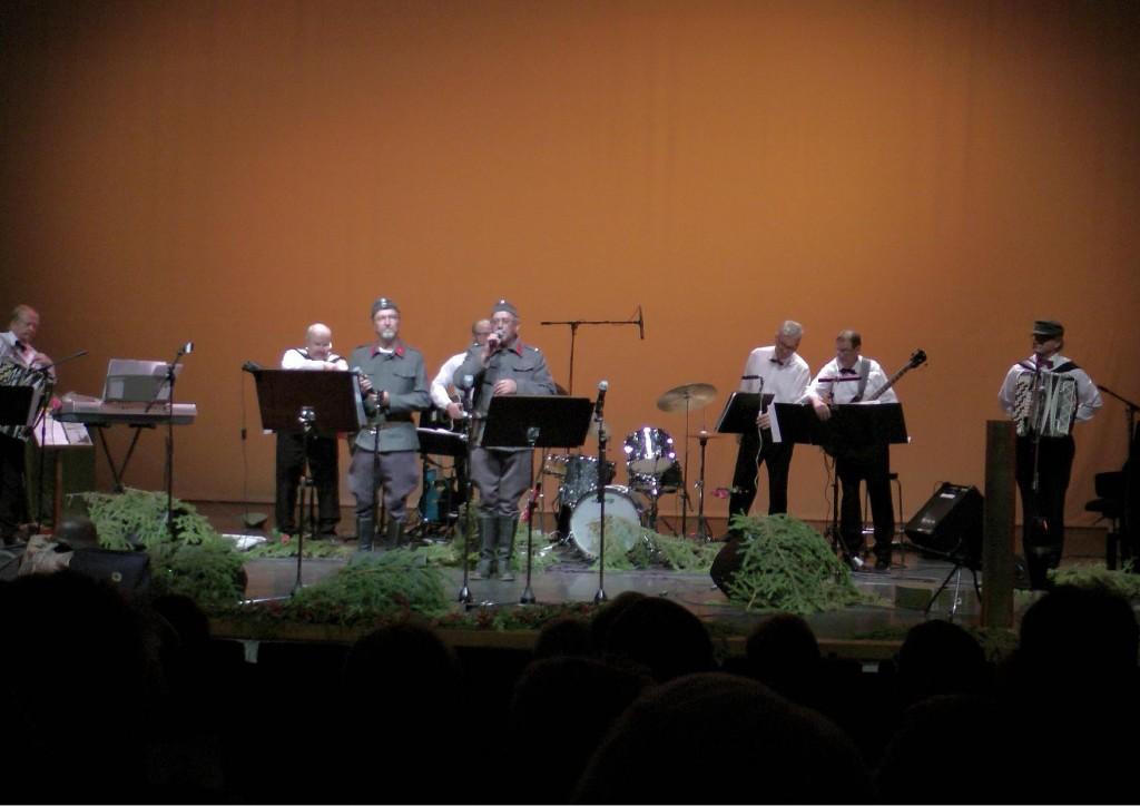 Ylä-Savon Veteraanimuusikoitten orkesteri ja solistit Iisalmessa 21.9.2014 pidetyssä konsertissa.