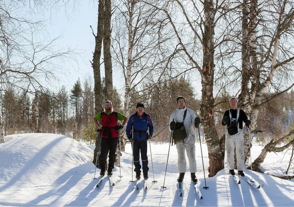 Ryhmä Pieninkä vanhassa Pieningän kylässä Eero Oura, Risto Kiiskinen, Ari Komulainen ja Isto Turpeinen