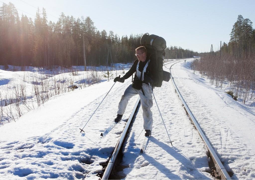 Isto Turpeinen ylittää Pieninkä, Voloma, Muujärvi radan