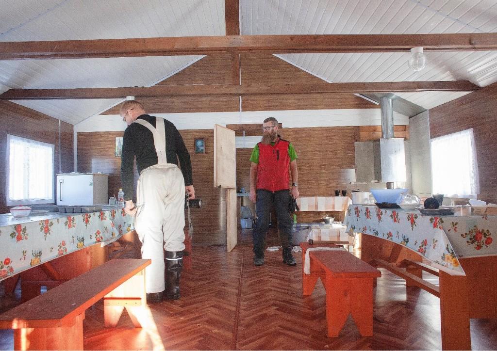 Talvisjärven lomakylän päärakennuksen oleskelu- ja ruokailutila
