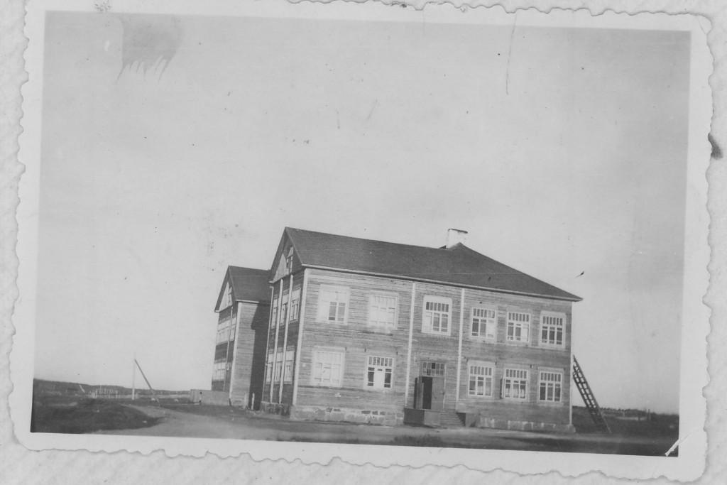 Rukajärven kylän keskellä oleva koulu, jonka lattialta puheena olevat kirjat löytyivät syyskuun 11.1941.