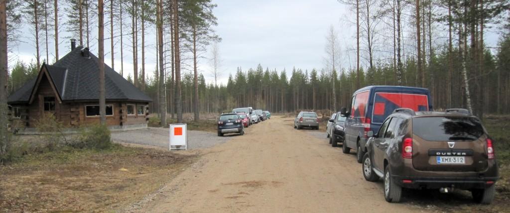 Jukolan motti -pirtissä runsas vierailijoitten määrä yllätti. Kuva Arto Räsänen 16.5.2015 tilaisuudesta. Rakennukseen mahtuu pari linja-autollista eli lähes sata vierasta.