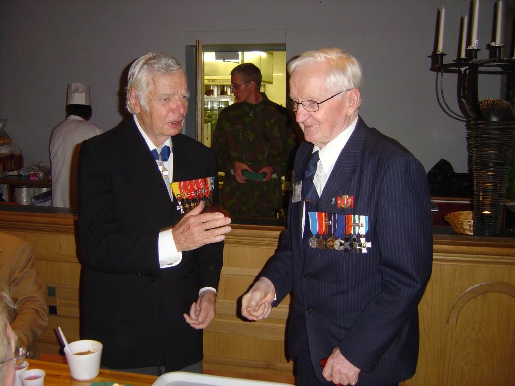 Veteraaniveljet ja ystävykset tapaavat. Pentti Perttuli ja Paavo O.Saksman Iisalmen veteraanitapaamisessa 3.9.2006 Olvi-salissa. pidetyssä juhlassa.