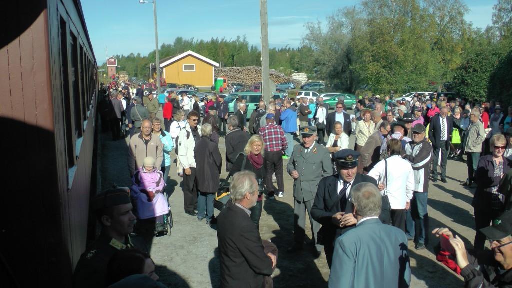 Kiuruveden asemalla oli satoja saattajia, kun höyryjuna lähti syyskuun 4. päivänä 2014 veteraanijuhlille Lieksaan.