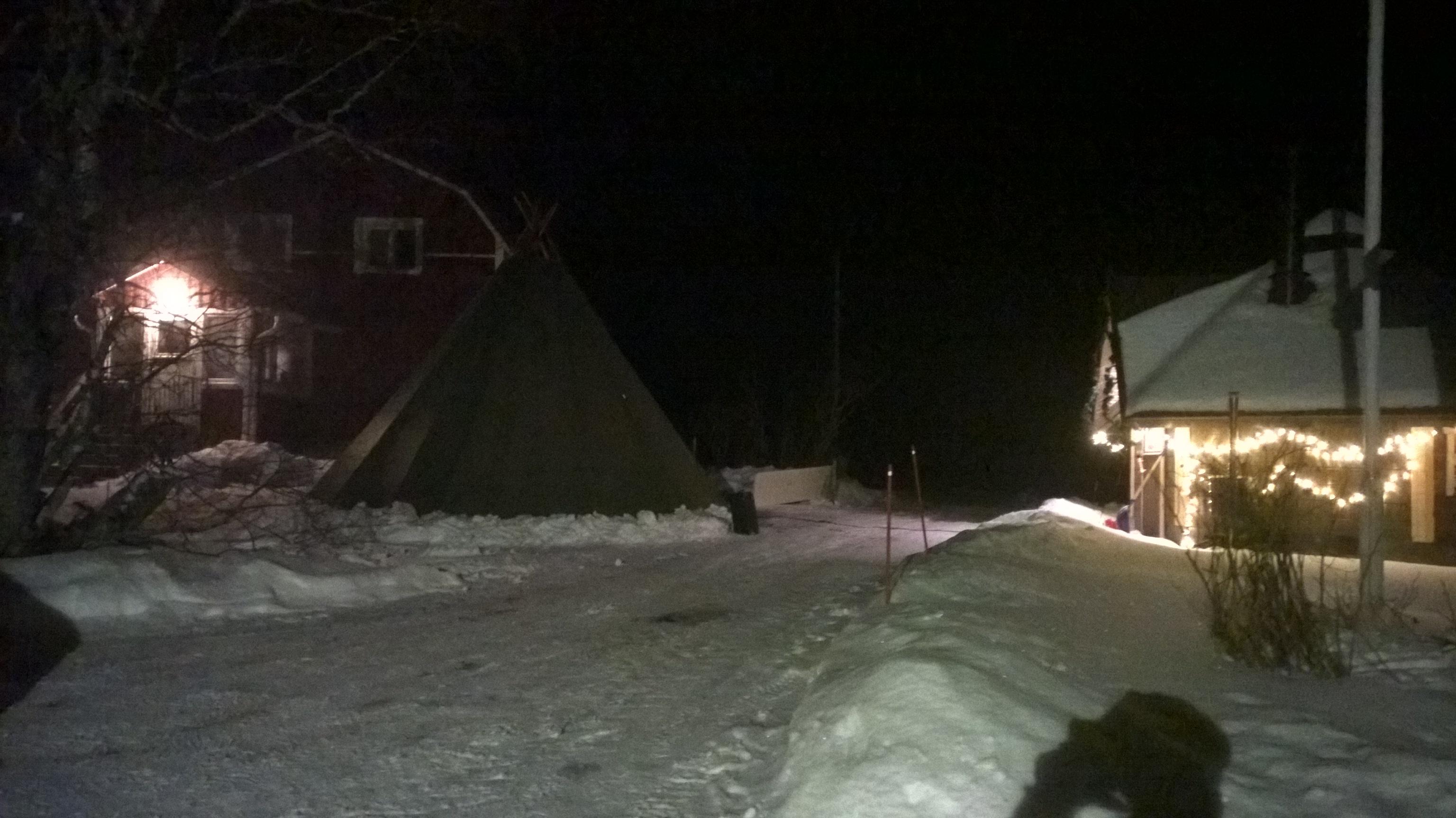 Taunon pihapiiriin pystytettiin teltta, jossa veteraaniveljet aikovat nukahtaa tulevana yönä ainakin hetken.