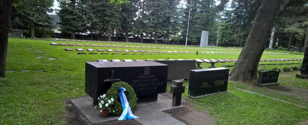 : Kenraali Raappanan hauta Joensuussa: Rukajärven suunnan historiayhdistyksen edustajat vierailivat komentaja E.J. Raappanan haudalla. Hautakumpua koristavat kauniit sinivalkoiset neilikat, jotka sinne toimitti aiemmin yhdistyksemme joensuulainen jäsen Ossi Hämäläinen puolisoineen. Lisäksi 21. Prikaatin perinneyhdistyksen seppele.
