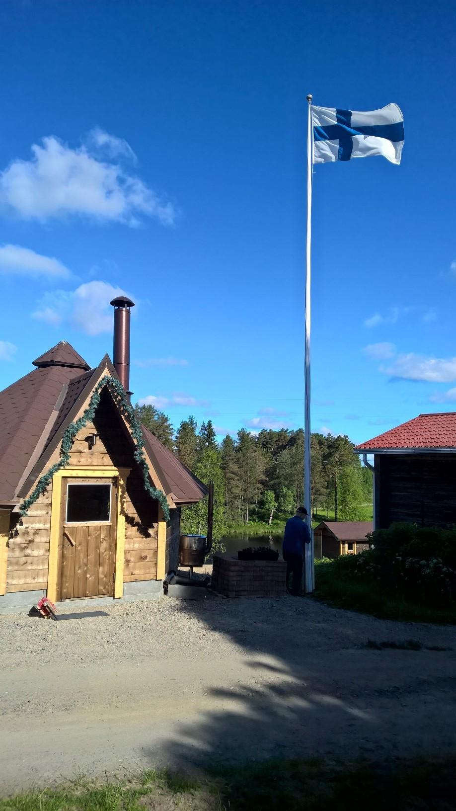 Kiuruvedellä Rukajärven perinnepolulla järjestettyyn pienimuotoiseen perinnetyön 50-vuotisjuhlaan kuului 100-vuotiaan veteraanin Tauno Tikkasen suorittama lipunnosto.