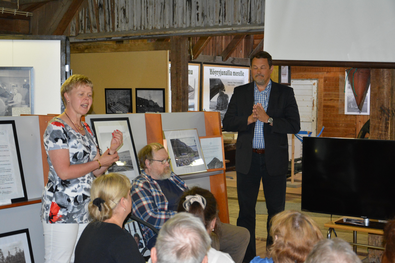 Lieksan sivistysjohtaja Arto Sihvonen oli kulttuurivieraita vastaanottamassa Lieksan rautatieasemalla tilaisuudessa Rukajärvi-keskuksen tiloissa. Tulkkina toimi Eila Lintunen.