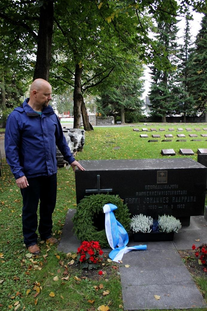 Yhdistyksemme jäsen sotahistorianharrastaja Ossi Hämäläinen istuttamassa kanervia komentaja E.J. Raappanan haudalle.
