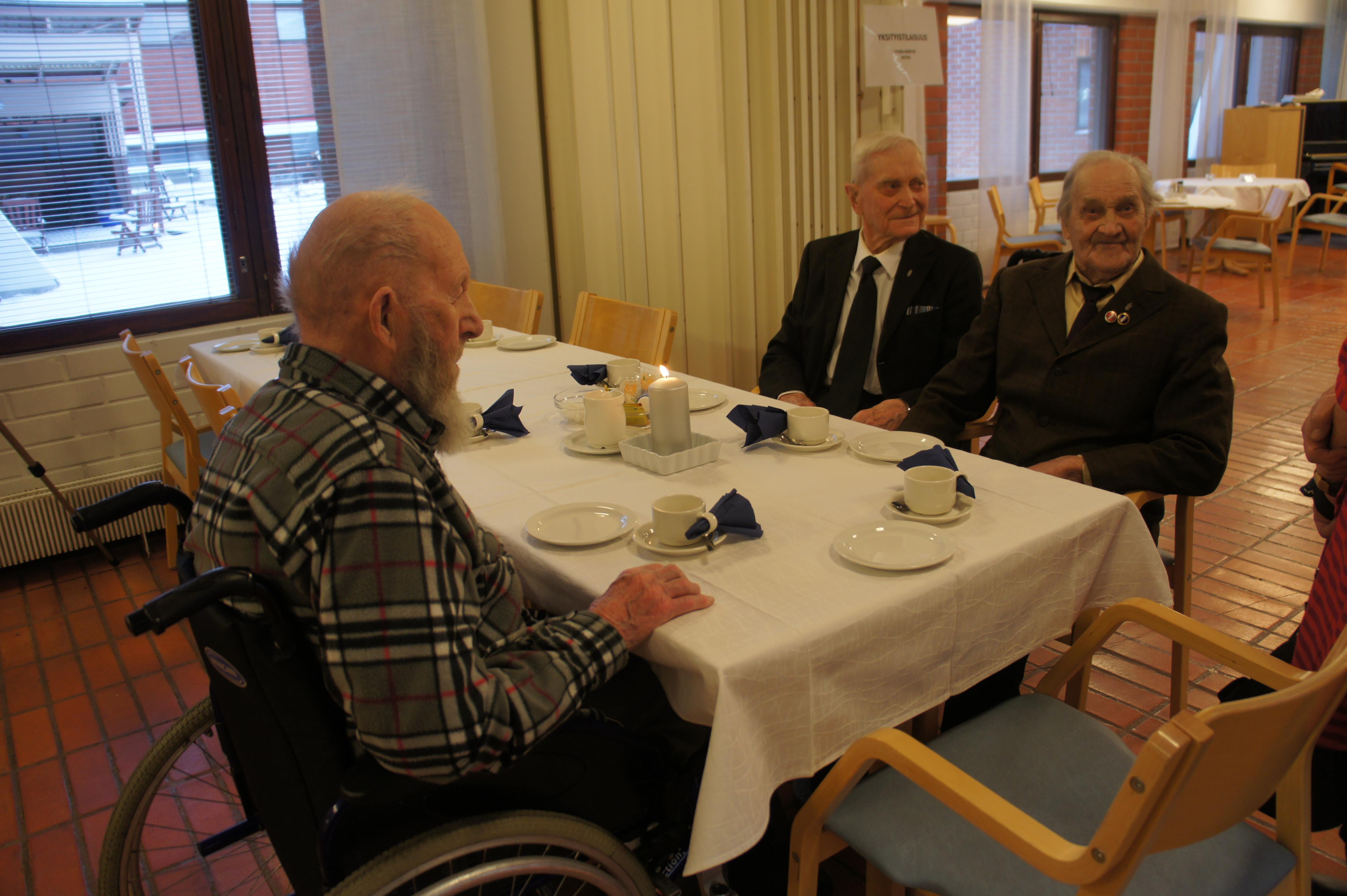 Matti Kärkkäinen satavuotisjuhlassaan nuorin veteraani. Matti Kärkkäinen (15.11.1916) vietti 100-vuotisjuhliaan Iisalmen VetreäTerveys hoitokodissa. Häntä olivat onnittelemassa 103-vuotias Mikko Bergman (1.9.1913) ja 100-vuotias Tauno Tikkanen (10.3.1916).