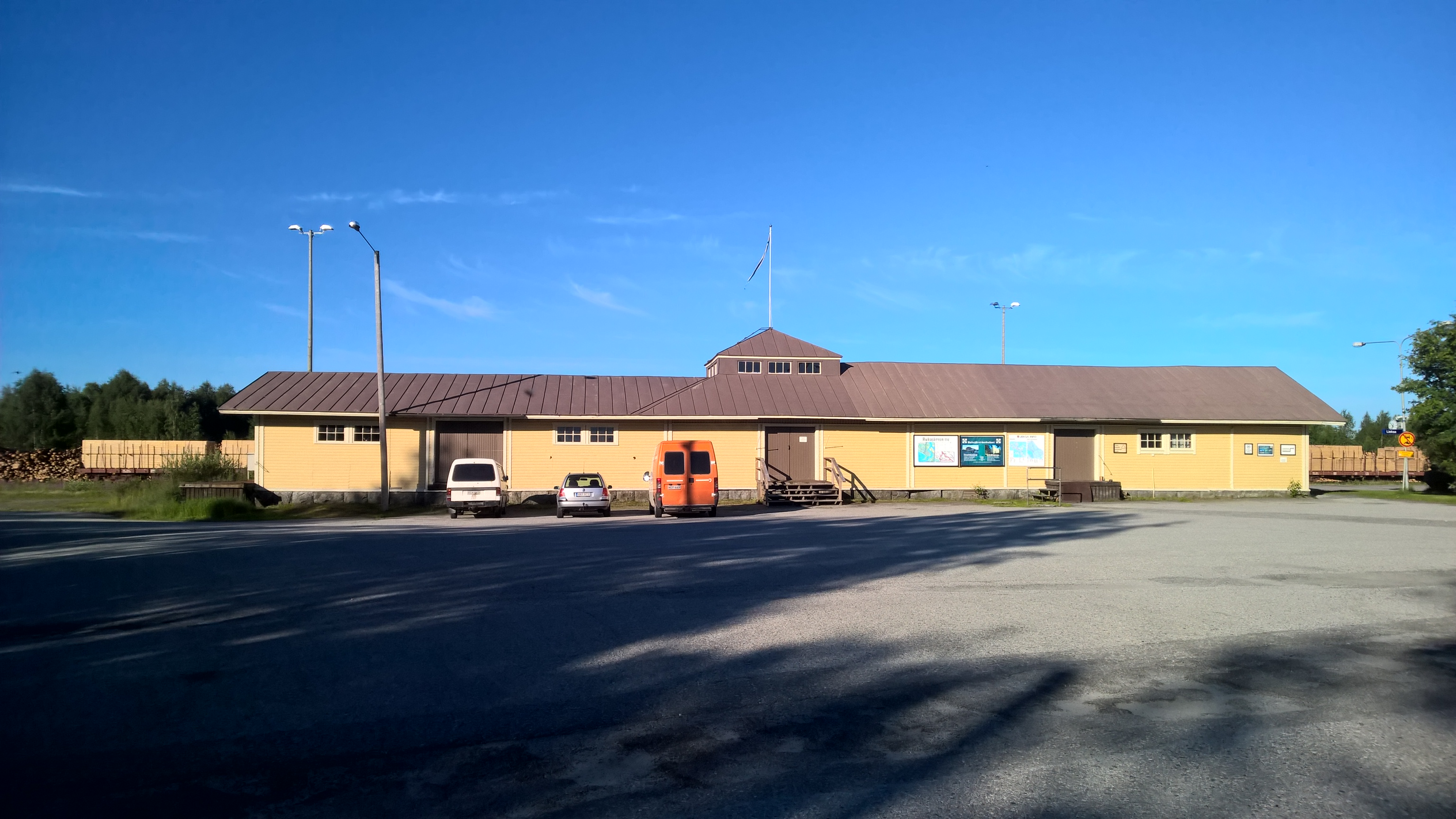 Rukajärvi-keskuksen piha-alue on yhdistyksen omistuksessa ja varattu keskuksen vieraiden paikoitusta varten.
