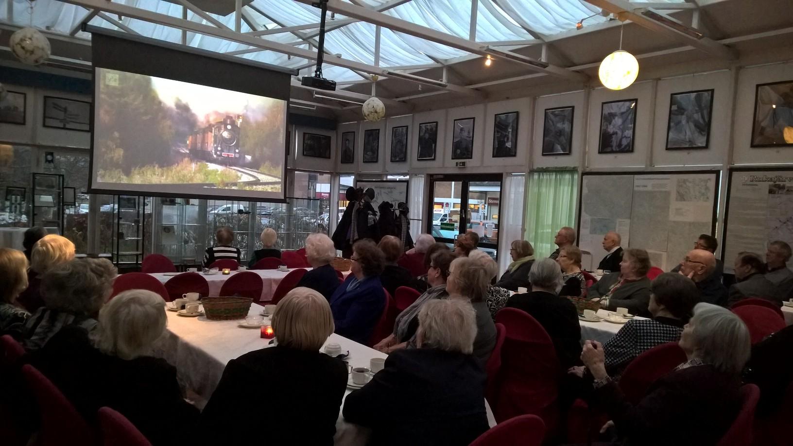 Kokousväki syventyi vuoden 2014 Kansalaisjuhlaan 70 vuotta Jatkosodan päättymisestä tunnelmiin. Useat kertoivat olleensa höyryjunan kyydissä Lieksaan saakka.