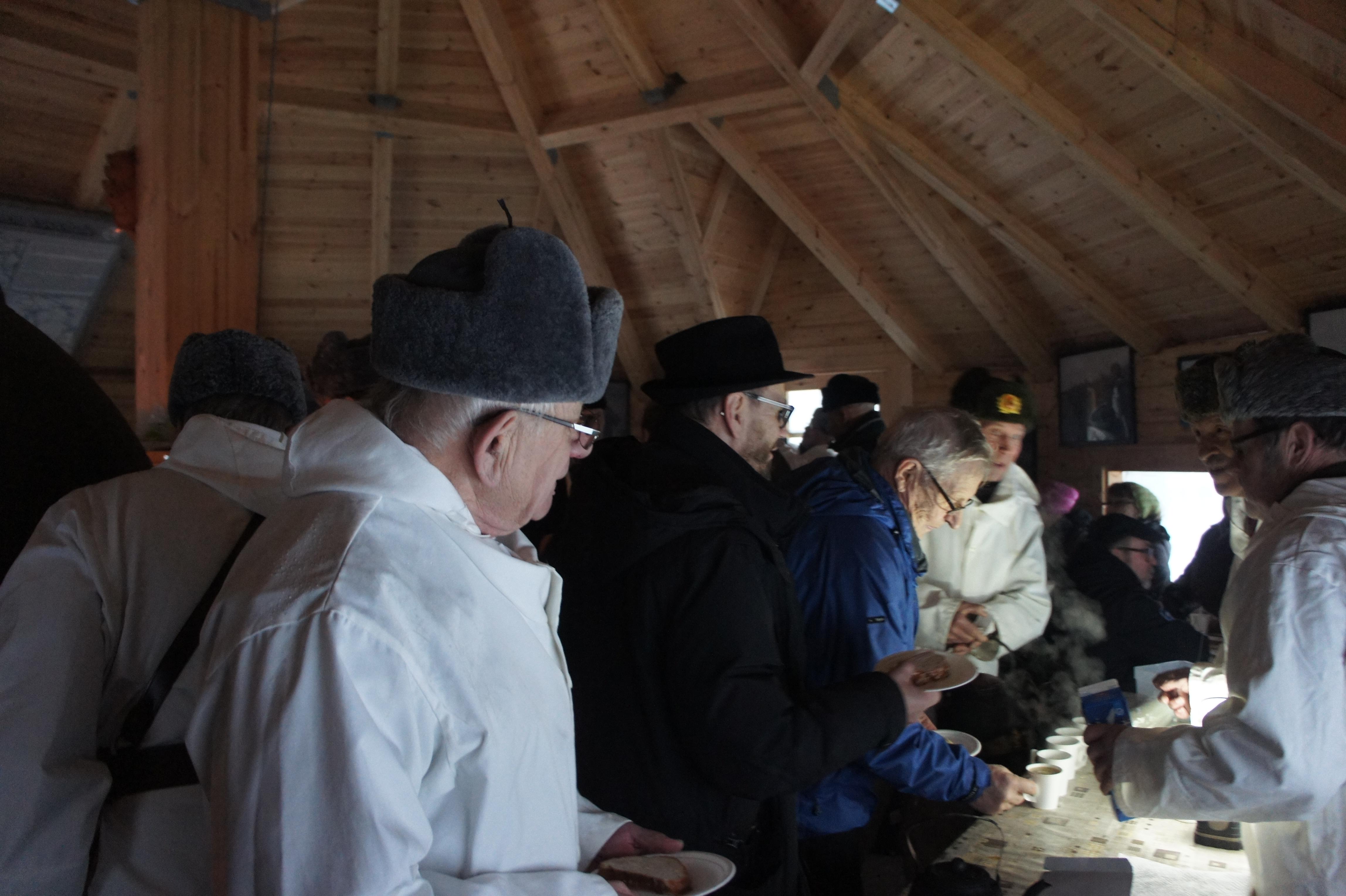 Etualalla Osmo Kukkonen, jonka käsialaa oli sekä muistomerkille lasketun seppeleen valmistaminen. Kukkosen tekemä seppele laskettiin myös Inarin tien muistomerkille samanaikaisesti. Toisen seppeleen oli valmistanut hienopuuseppä Timo Salmi. Kuvassa myös Ari Marjeta ja Hannu Huuskonen.